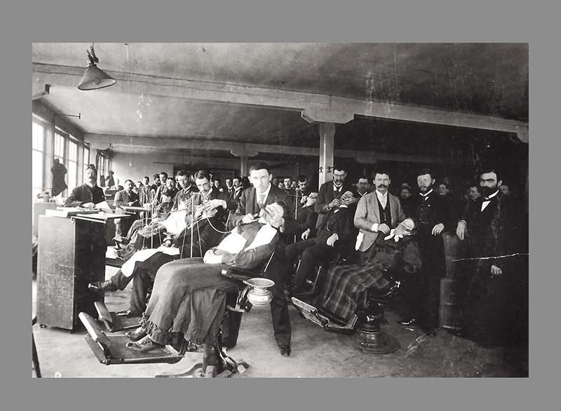 Clínica dental de Illinois em 1900 completamente lotada de pacientes.