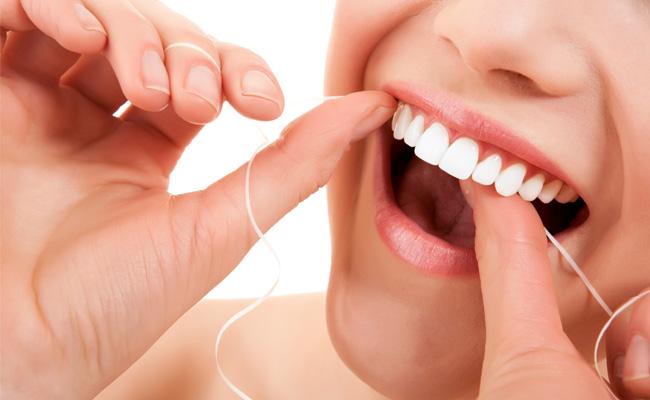 Falta de fio dental pode causar sangramentos e doenças na gengiva
